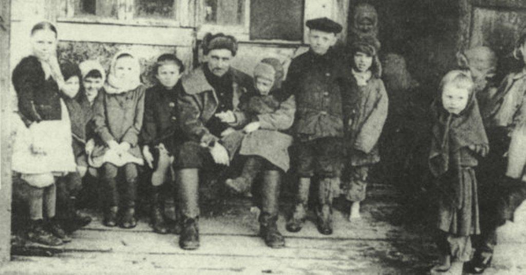 Крестьяне-спецпереселенцы на пороге барака. 1930-е годы