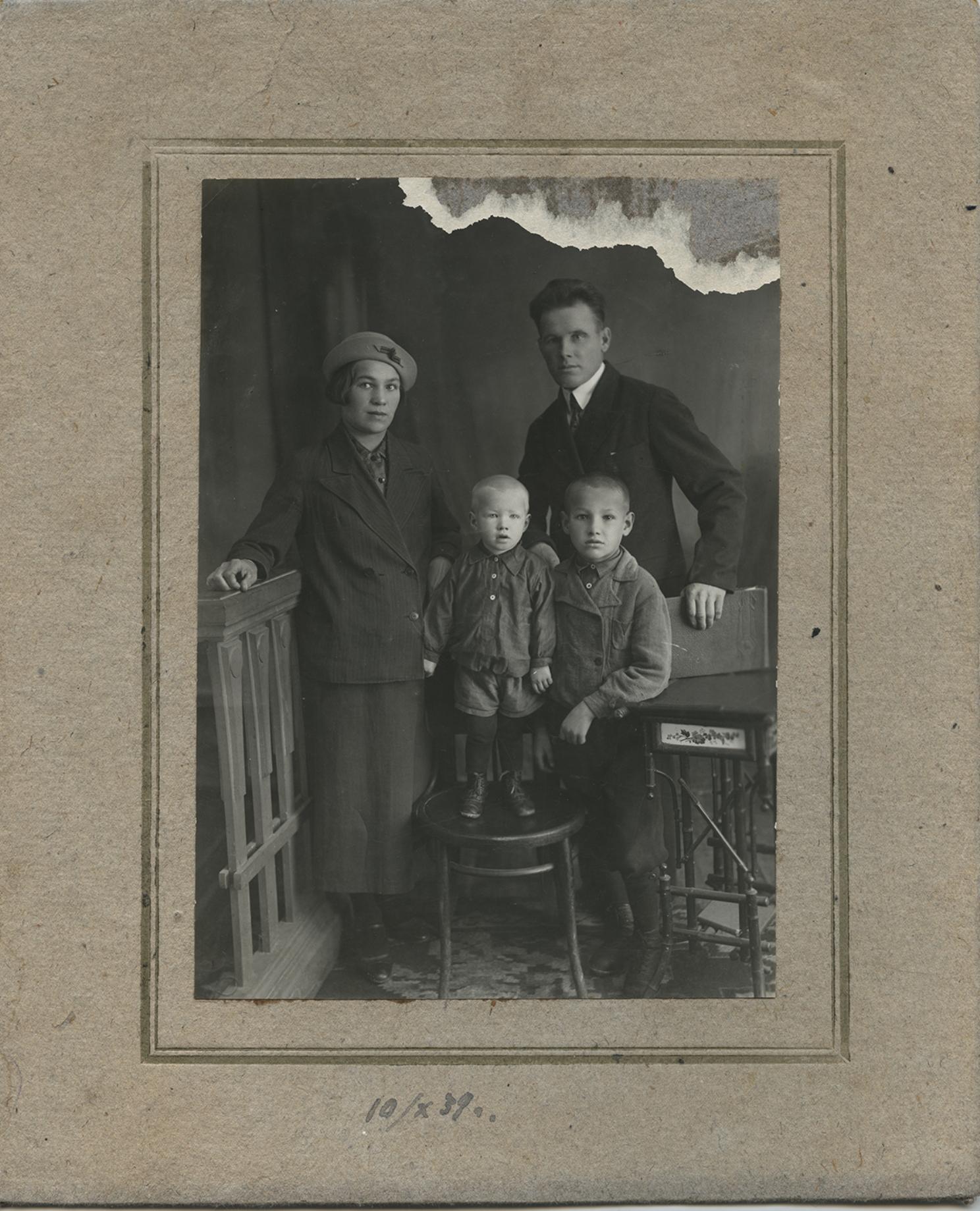 Борис Николаевич Ельцин с родителями и братом. Детство. 1939 год