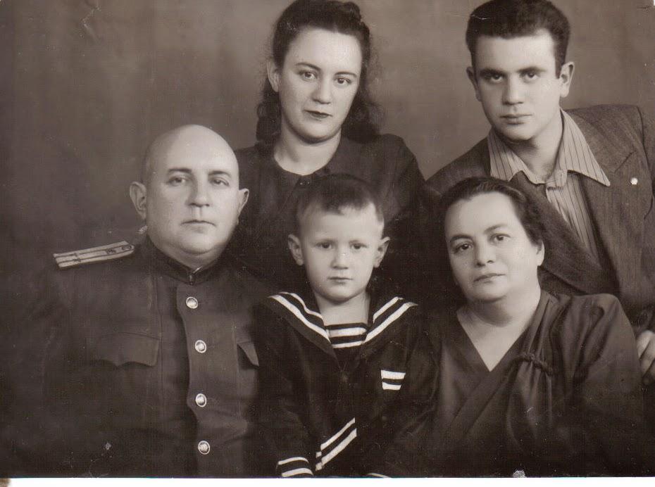 Слева - направо дядя Боря , дочь Мура , сын Витя , сидят внук Женя , тётя Соня