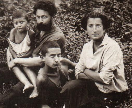 Я на руках у папы , сводный брат Шура и мама . Рогозин Михаил. (Розмарин Морис)
