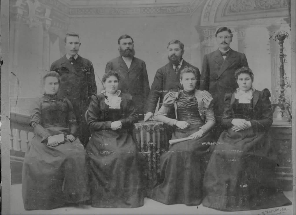Фото семьи Рубцовых, сделано в доме где в советское время размещалась столовая учащихся Константиновского СПТУ. Сейчас оно полуразрушено