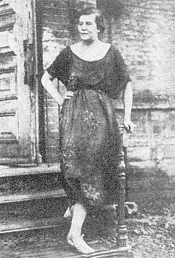 Дора Евлинская, моложе 20 лет, женщина-палач, казнившая в одесской ЧК собственными руками 400 офицеров.