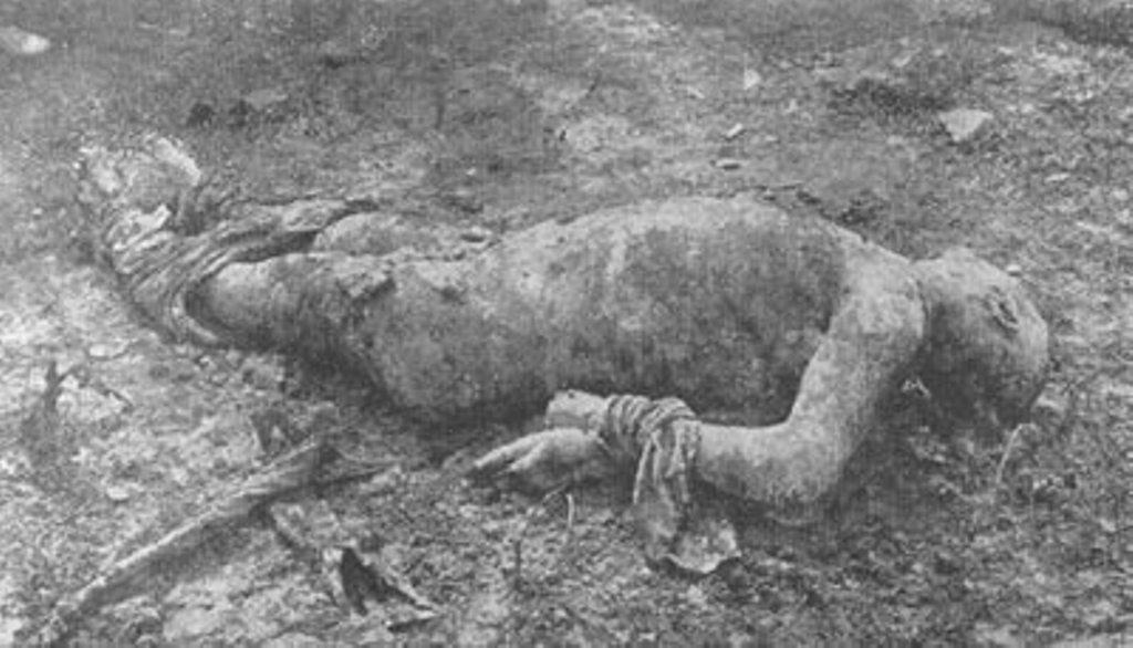 Харьков. Тело заложника поручика Боброва, которому палачи отрезали язык, отрубили кисти рук и сняли кожу вдоль левой ноги.