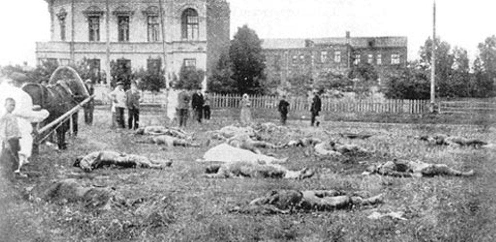 Раскопки одной из братских могил у здания харьковской ЧК.