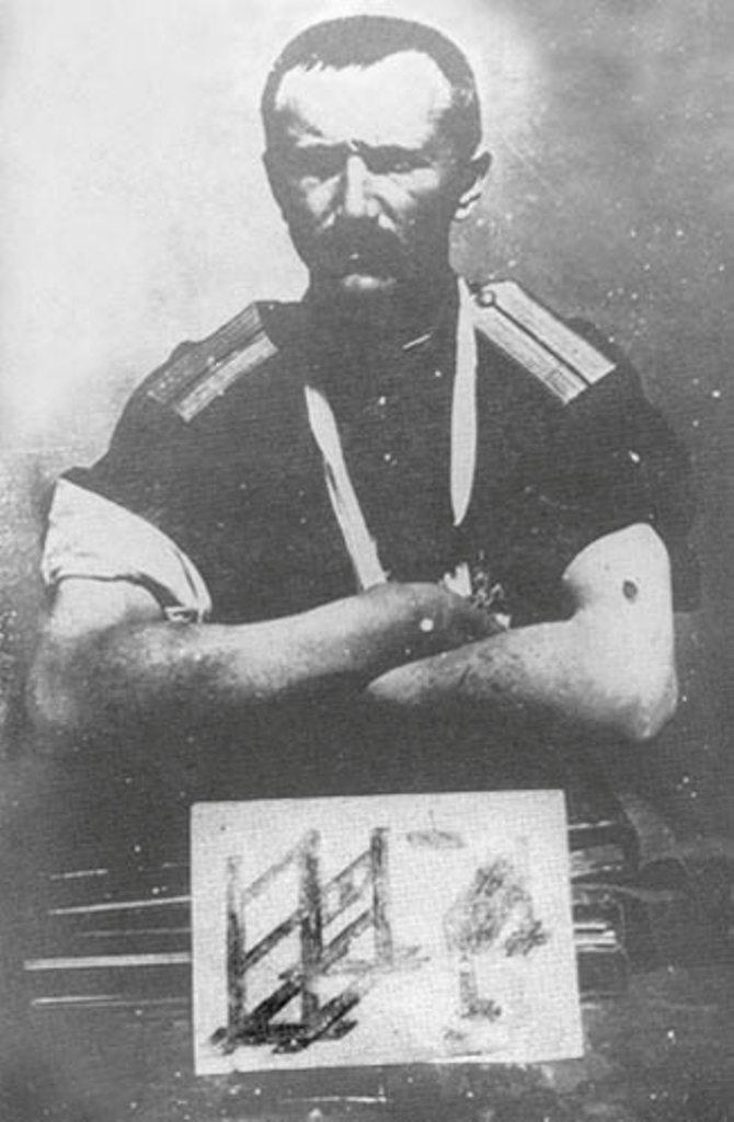 Капитан Федоров со следами пыток на руках. На левой руке след от пулевого ранения, полученного во время пыток. В последнюю минуту сумел бежать из-под расстрела. Внизу фотографии орудия пыток, изображенные Федоровым.