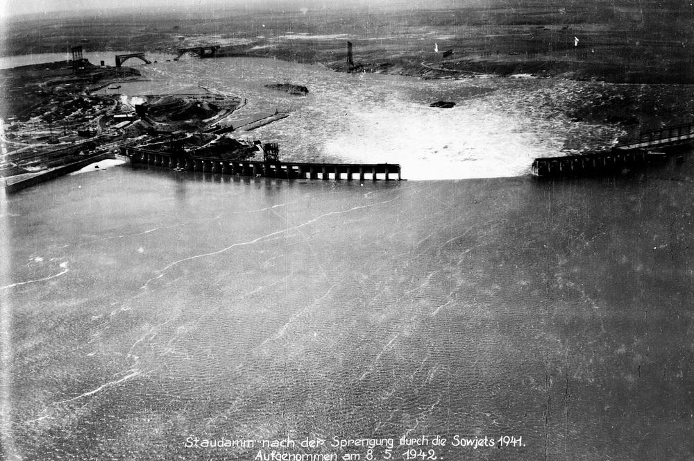 """Ровно 75 лет назад, 18 августа 1941 года, отступавшие советские войска вывели из строя Днепровскую ГЭС, а затем подорвали ее плотину. Все дело в выполнении сталинского приказа о """"выжженной земле"""", об уничтожении всех промышленных объектов, которые оставались на оккупированной территории, которым была и ДнепроГЭС. Но предупреждать местное население и дислоцировавшиеся в затопленных районах воинские части не стали. Жертвами данной операции стали от 20 тысяч до ста тысяч человек."""