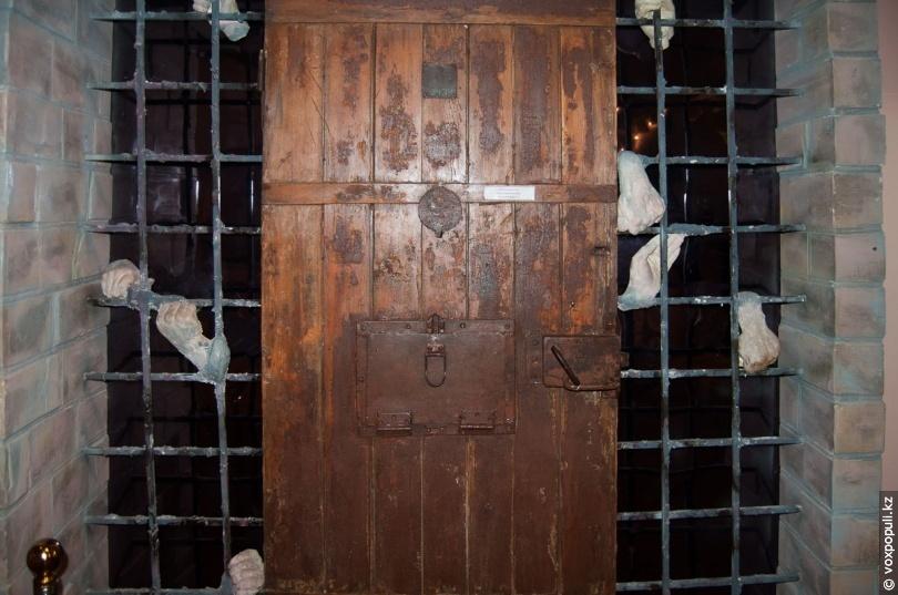 Дверь штрафного изолятора в АЛЖИРе