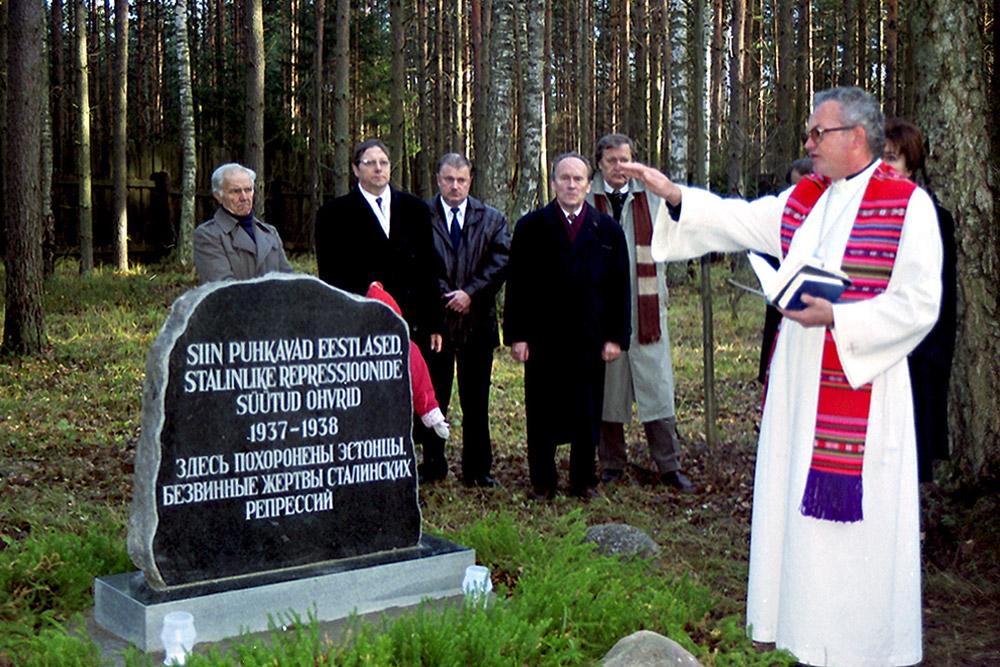 Пастор Пеетер Калдур освящает памятник «Эстонцам, безвинным жертвам сталинских репрессий»